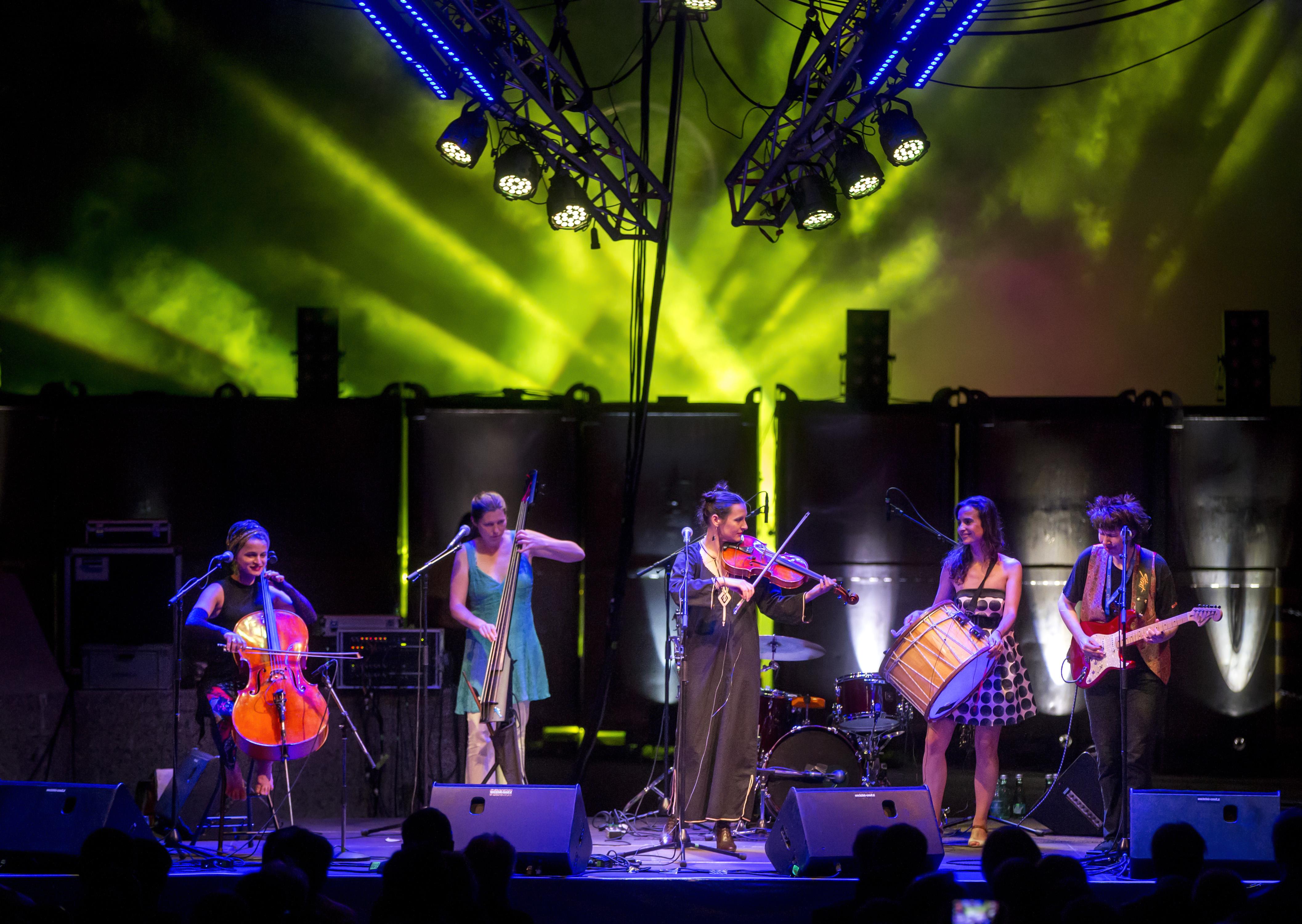 Außergewöhnliche Band, fulminante Lichteffekte und eine einzigartige Location – das Konzert in der Produktionshalle für Ferrolegierungen der Treibacher Industrie AG war auch heuer ein voller Erfolg  |  (Fotocredit: © Wolfgang Jannach)