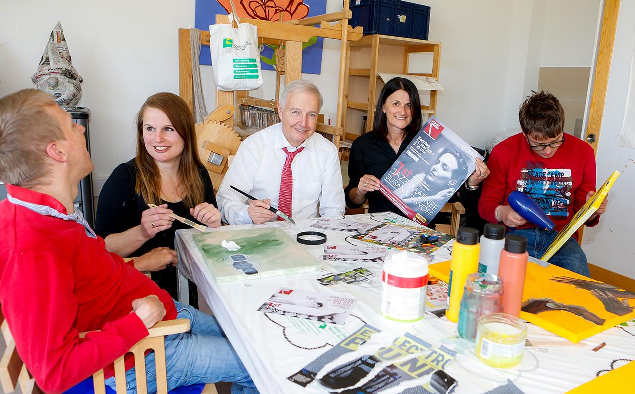 v.l.n.r Michael Pucher, Barbara Ambrusch-Rapp, TIAG Vorstand Alexander Bouvier, Werkstättenleiterin Ilse Hainig und Andreas Grünanger sind eifrig am Kunstschaffen für die Ausstellung. Werke und Künstler sind am 21.Mai mit dabei.